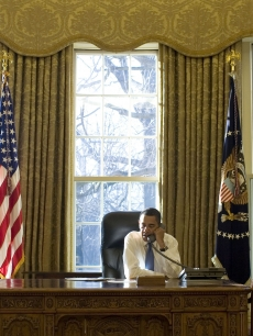 83469_president-barack-obama-gets-to-work-on-his-first-day-in-the-oval-office-jan-21-2009